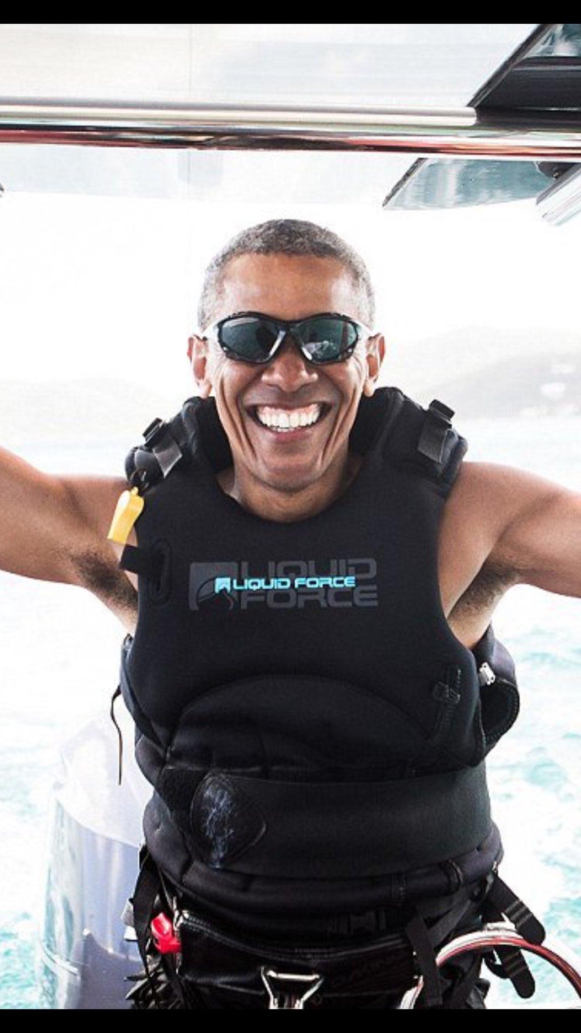 ここまで変わるかw仕事から解放されたオバマが超いい笑顔www