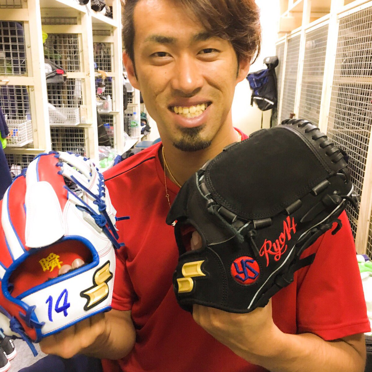 秋吉投手、今年の試合用グローブはSSK社のスエード仕様です。 自慢の一品らしいです。