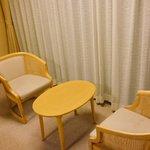 これは好きw旅館の窓際のテーブルと椅子のスペース、いいよな!