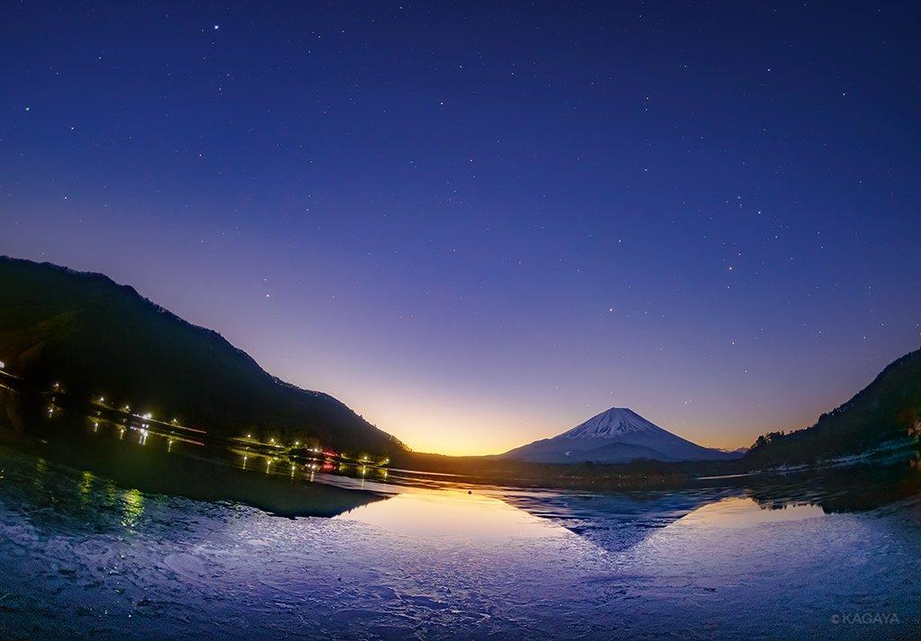 夜明けの空の薄明に、星たちが溶けていく時間。 それまで鏡のようだった目の前の湖面が足元から凍りついて…