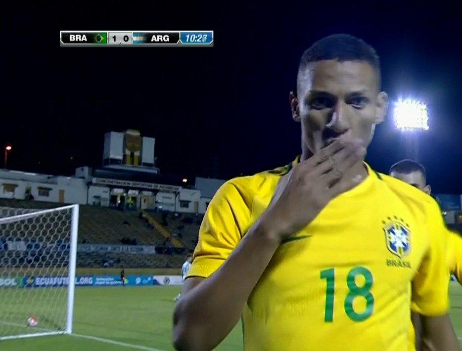 Argentina empató sobre la hora ante Brasil y espera un milagro