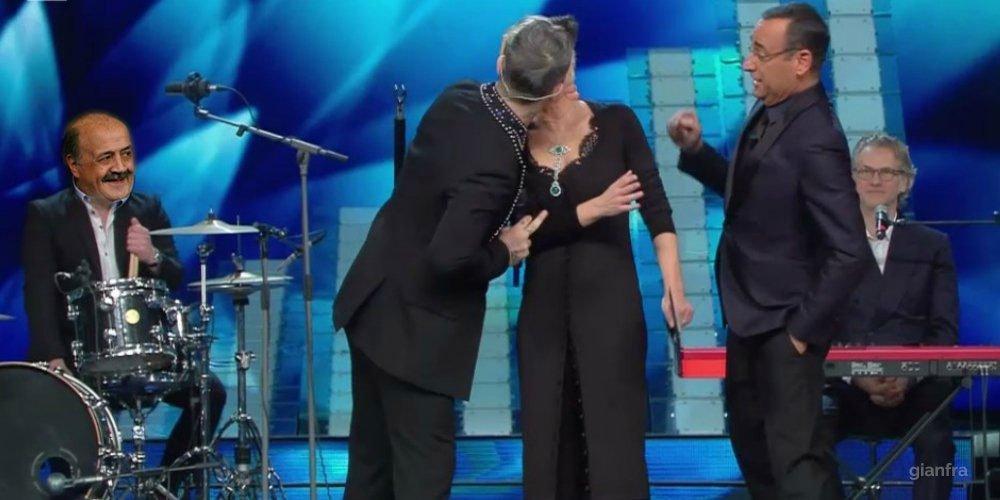 Il bacio di Robbie Williams a Maria De Filippi a Sanremo: Video e Foto divertenti