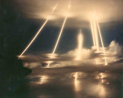 きれいな光景してるだろ。ウソみたいだろ。ICBMの弾頭の再突入時の光景なんだぜ。これで。