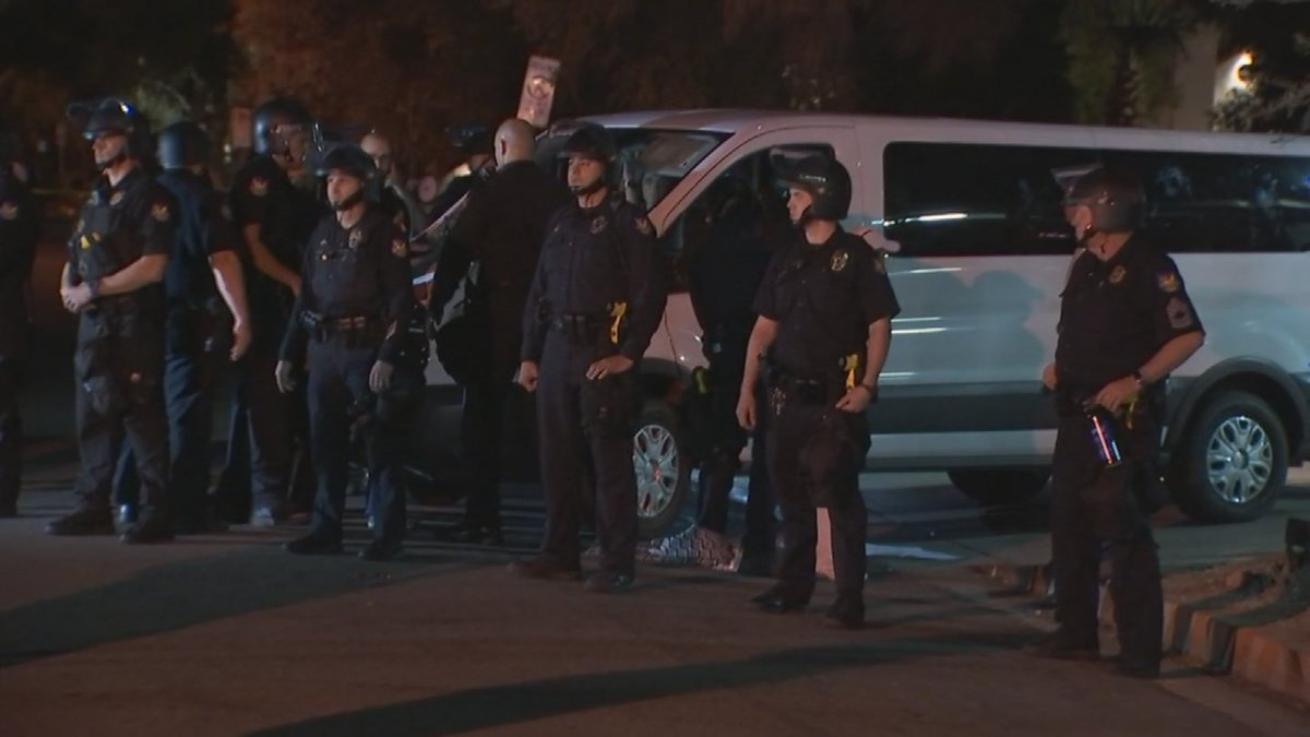 7 people arrested so far during deportation protest at ICE facility in central Phoenix https://t.co/0OWlP3qzBl https://t.co/2UxWRkYmlY