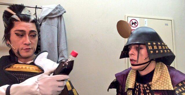 4コマ 喉の渇き  「松永さぁん俺ぇもう喉がカラカラですよぉ」  「ほぅ、ならば卿には此れを差し上げ…