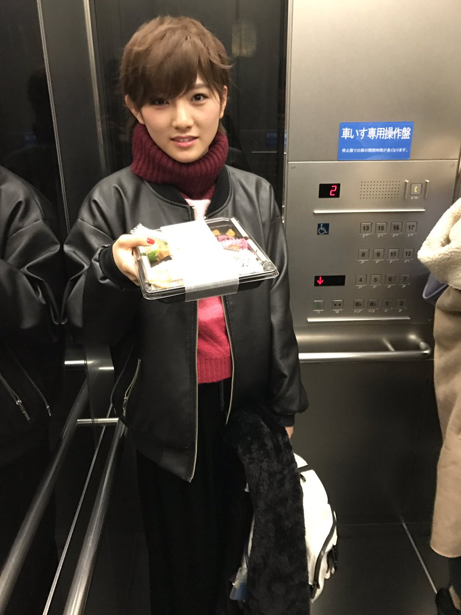 AKBINGO終わり岡田奈々とエレベーター遭遇。弁当持って帰えるみたいだったけど私服オシャレすぎて、…