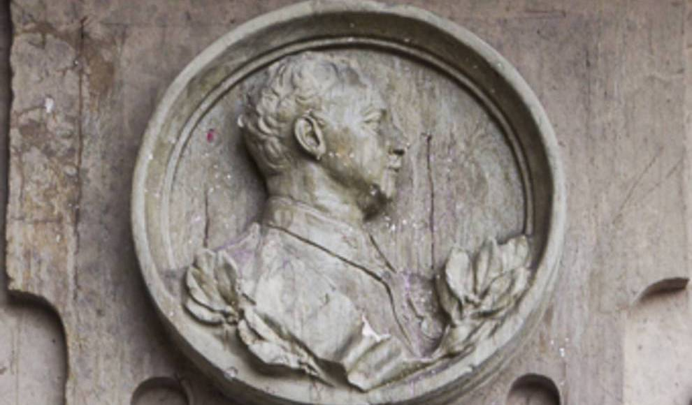 El Ayuntamiento ya tiene el informe que obliga a retirar el medallón de Franco.  http:// bit.ly/2kMSQ28  &nbsp;   #Salamanca <br>http://pic.twitter.com/ihRsEwTL7O