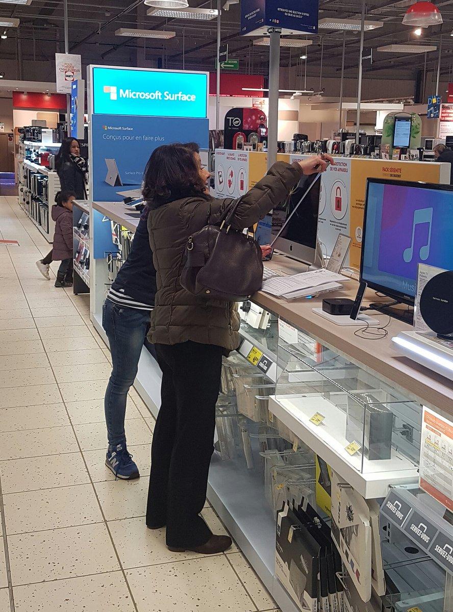 Quand t&#39;attends une vendeuse mais qu&#39;une cliente a décidé de vérifier l&#39;exactitude des dimensions du mac #darty #apple #unlongjeudi<br>http://pic.twitter.com/6rDcnA0iu7