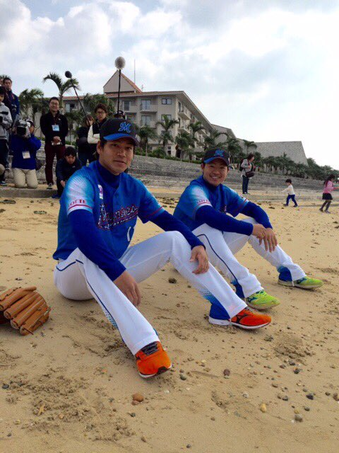 酒居投手と佐々木投手の砂浜に腰を落としながらの一枚。(広報) #マリーンズ春季キャンプ #chiba…