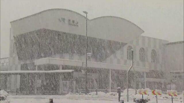 【雪の影響で立往生】 雪の影響で、JR山陰線は兵庫県養父市の八鹿駅と豊岡市にある江原駅の間で、普通電…