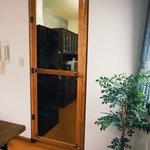 猫キッチン侵入防止扉ができたーー!どうやったら部屋に馴染んだ防止扉作れるかな〜ってたくさん考えたけど…