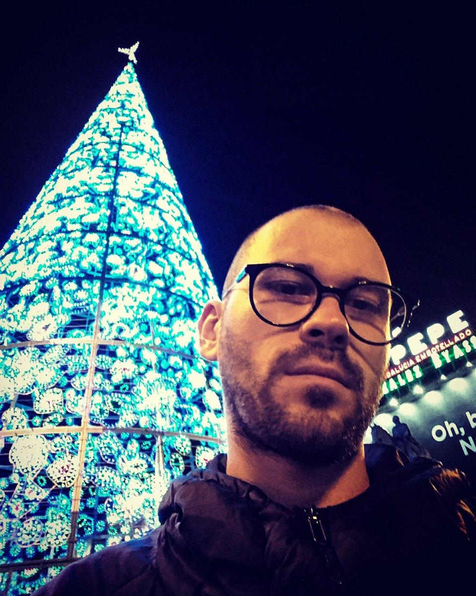 ¡Que tiempo más feliz!   #navidad #oblancanavidad #boy #me #chico #man #hombre #ragazzo #madrid #puertadesol #netflix #dude #happy #feliz <br>http://pic.twitter.com/4gKs54FIml