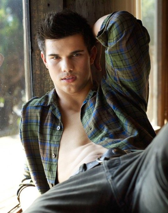 By the way, HAPPY 25th BIRTHDAY TAYLOR LAUTNER. UNTA MAGBALIK MO NI TILOR HIHIHI