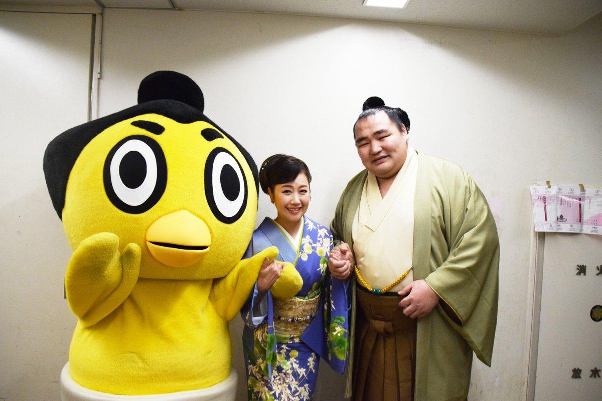 <NHK福祉大相撲>お楽しみ歌くらべに出演した横綱 鶴竜と伍代夏子さん。ひよの山と記念撮影。お楽しみ…