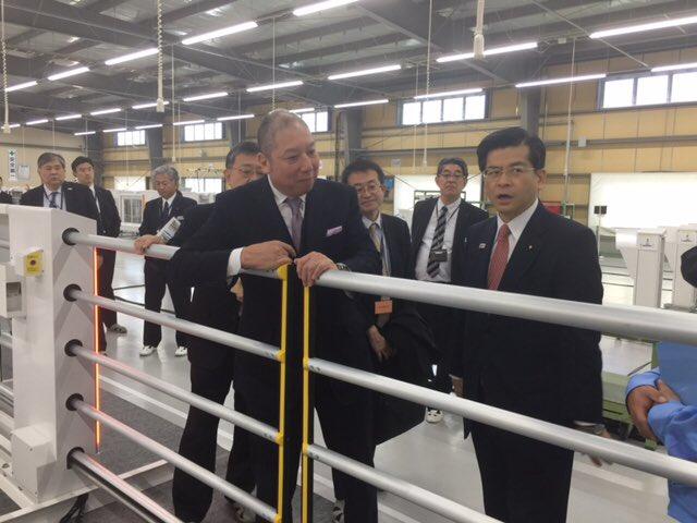 日本信号宇都宮事業所で、石井国土交通大臣に、軽量型ホームドアの説明を気持ちを込めて、しっかりさせていただきました。 https://t.co/79kN97jZVz