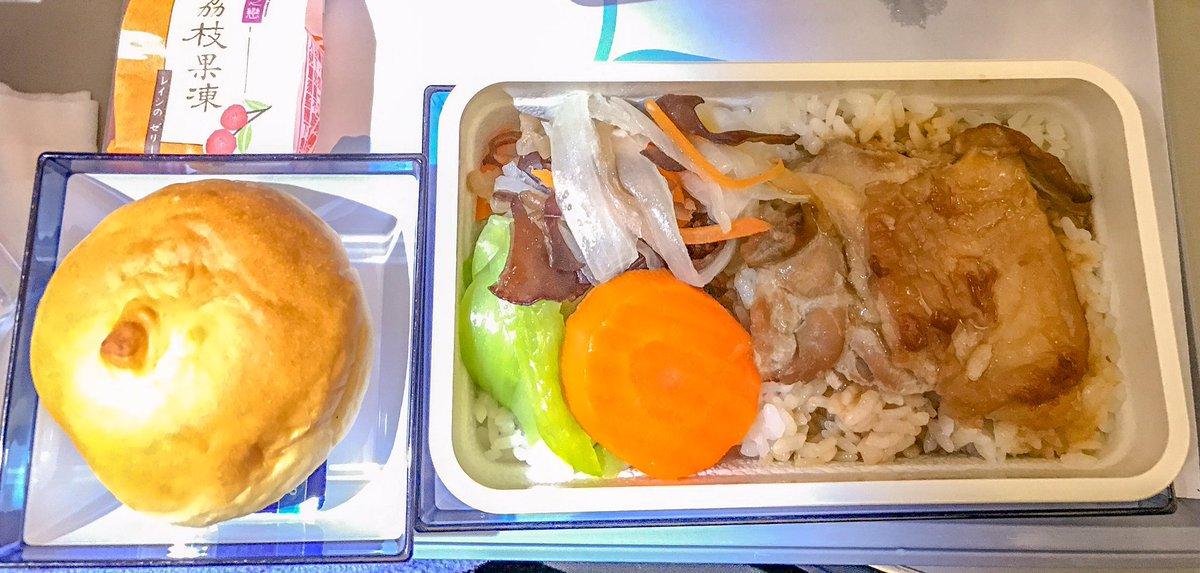 国際線機内食でこういうご飯ものとパンのコンボってあるけど、同じ炭水化物x炭水化物のお好み焼き定食なん…