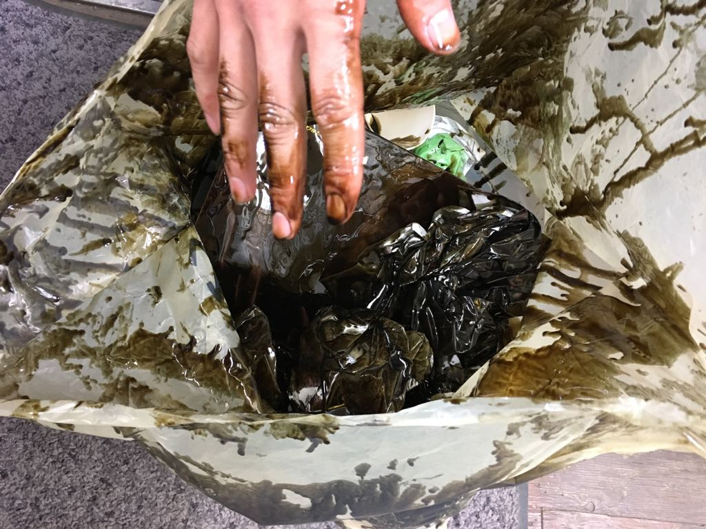 桶スポからのお願い…廃油入れが場内にあるので、ゴミ箱にオイルを棄てないで下さい!オイル処理パックのような物もこの様にドロドロで捨てれば全く意味がありません。非常に迷惑です…。 https://t.co/brvf7BGc8c