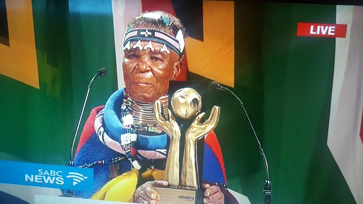 Congratulations to Mme Esther Mahlangu for winning the Arts and Culture Ubuntu Award. #UbuntuAwards17 https://t.co/gEXJ8cOuec