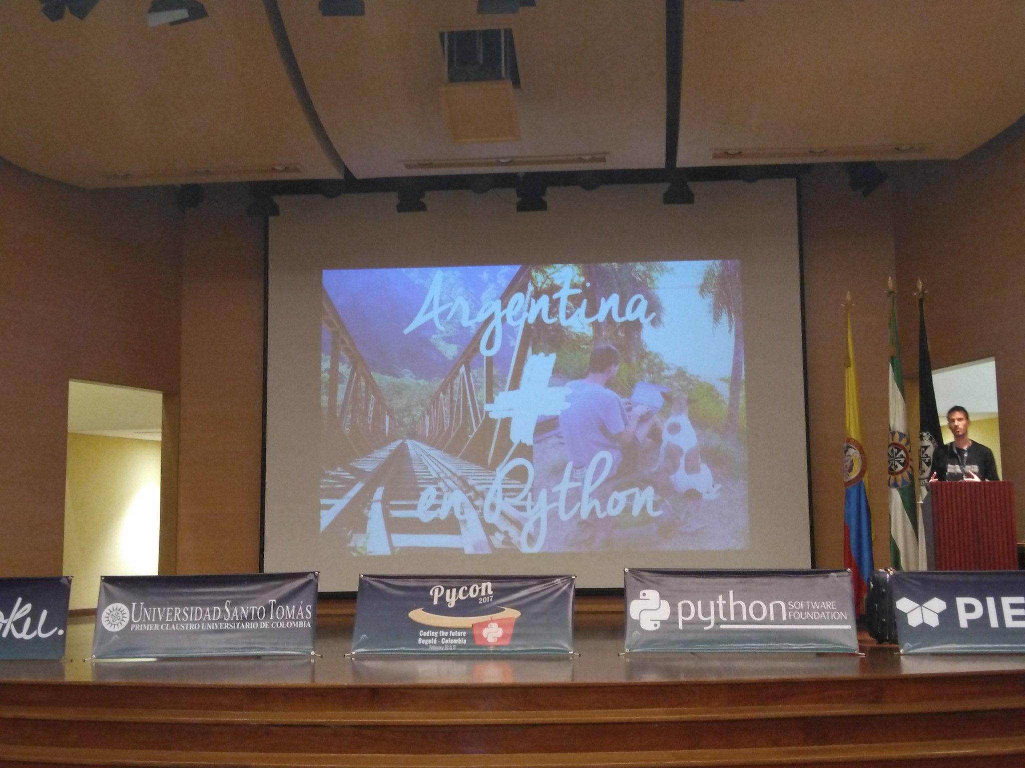 En el escenario Manuel Kauffmann nos comparte una mirada de Pycon desde la Argentina del #PyConCo2017 @pyconcolombia https://t.co/8HsXv1r17D