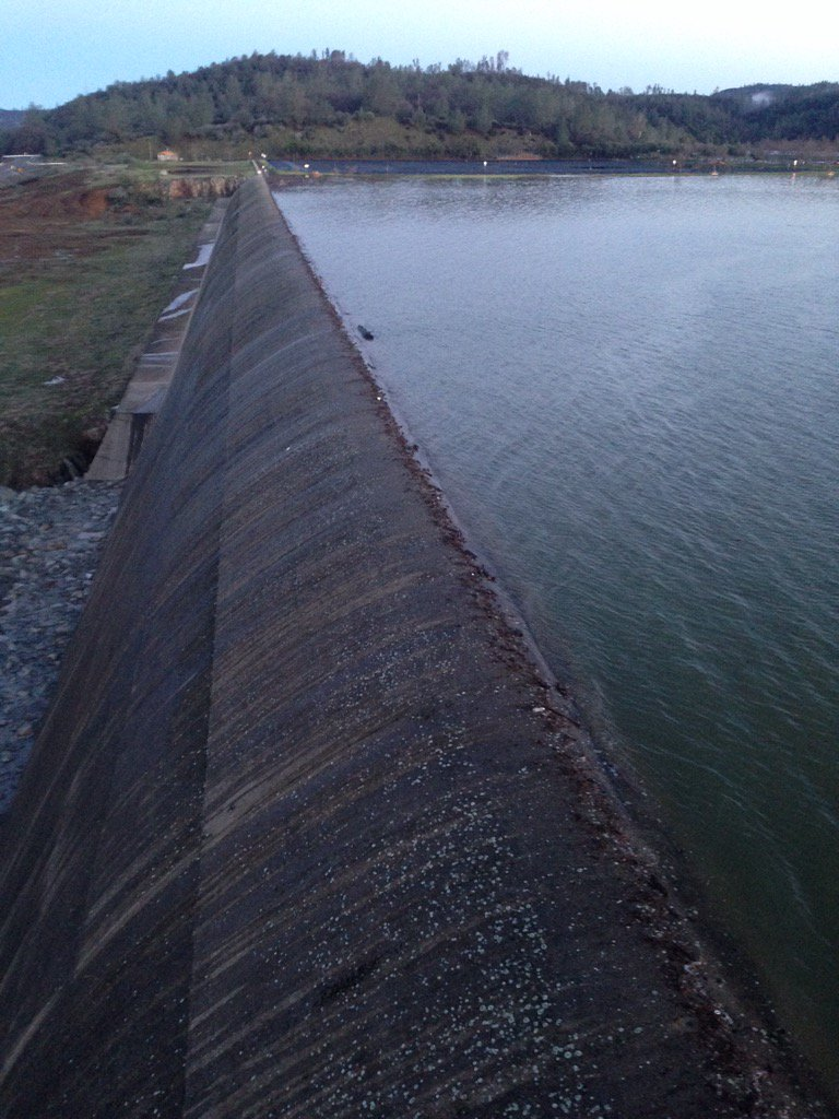 Lake Oroville. Here is the water right up to the edge of the emergency spillway. This photo was taken around 7am Sat https://t.co/I9ZgOoswk0