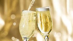 #Vin effervescent? Pour le Jour de l&#39;An ou la Saint-Valentin: même combat! 16 bons mousseux et #champagnes ICI:  http:// bit.ly/2fNmPmq  &nbsp;  <br>http://pic.twitter.com/LuBqPegyWf