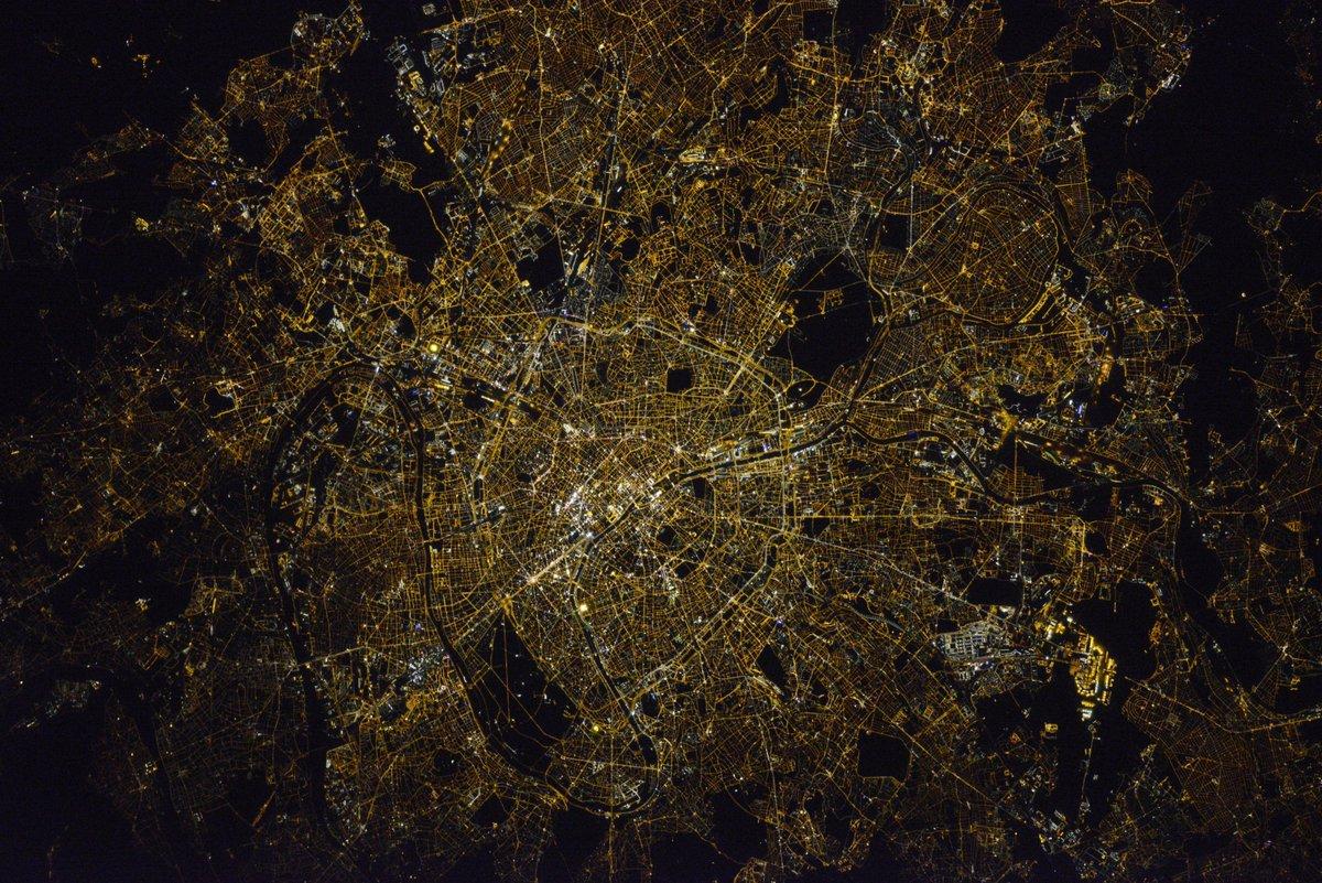 .@Paris, ville lumière! La photo la plus réussie jusqu'à present je pense… Tout le mérite revient à mon collègue Oleg 🇫🇷