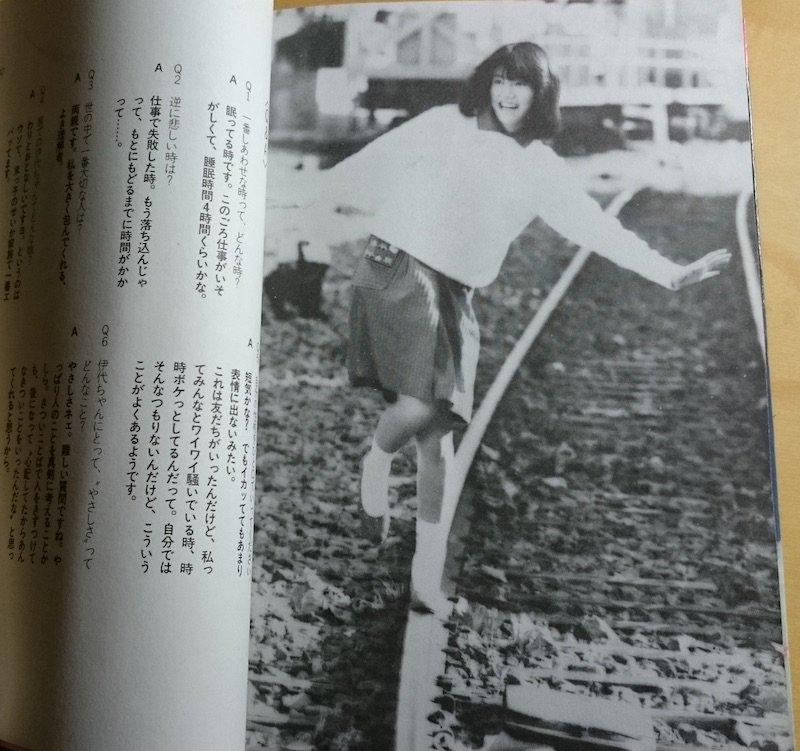 何を隠そう大昔松本伊代のファンで当時のアイドル本も持っているが今回の騒動で久しぶりに頁をめくったら、こんな写真も載っていた。昔から線路が好きなのだろうか。それはともかくこの「ヤングアイドルの本」シリーズはなかなか良いシリーズだった。 https://t.co/AJFJSr03t2