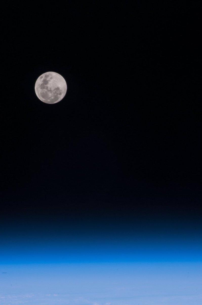 昨日は、お月様がとても綺麗でした。妻と歩きながら、地上で眺める月も良いですね。でも宇宙で「こうのとり」君と見た月は、最高でした。こんな事を言ったら、妻に怒られるかな(笑)? pic.twitter.com/a4ZbQIeLss
