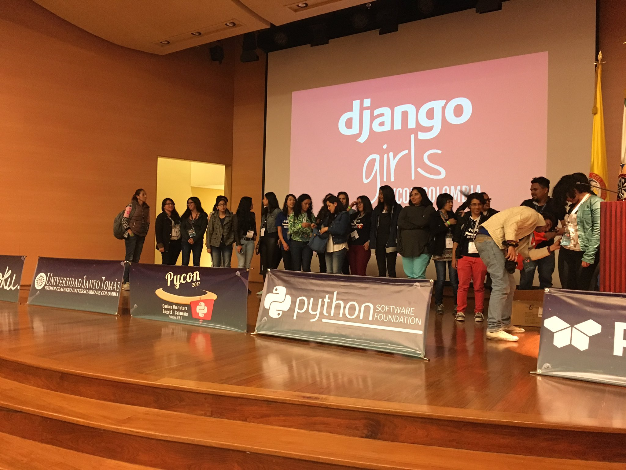 Yeah!!! @djangogirls #bogota #pyconco2017 https://t.co/xoCFc78wb0