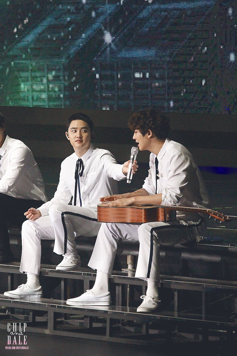 Kyungsoo\'s face when chanyeol cracked his voice while singing😂