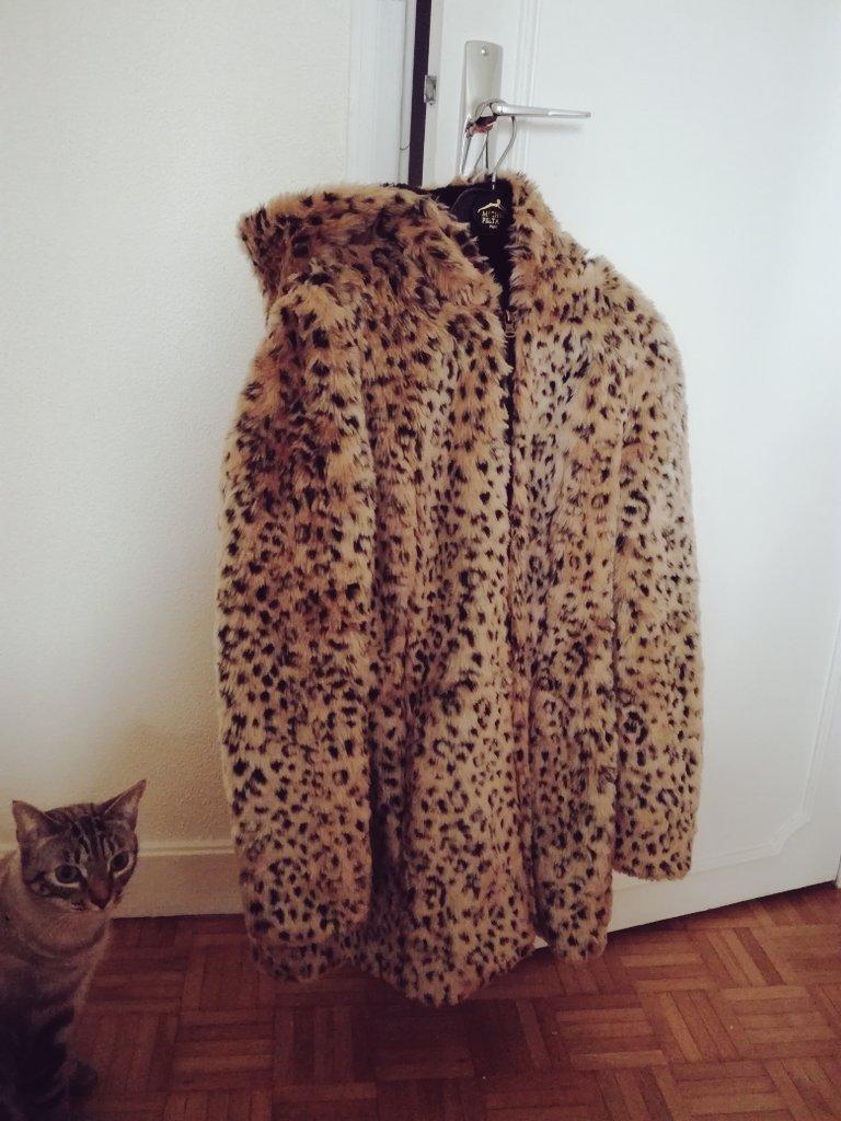 Je vends ce manteau #Zara fausse fourrure à capuche en taille M (28) porté 3 fois. 35 euros (paye 79 euros) très chaud et douillet. RT <br>http://pic.twitter.com/biQwEo0SbG