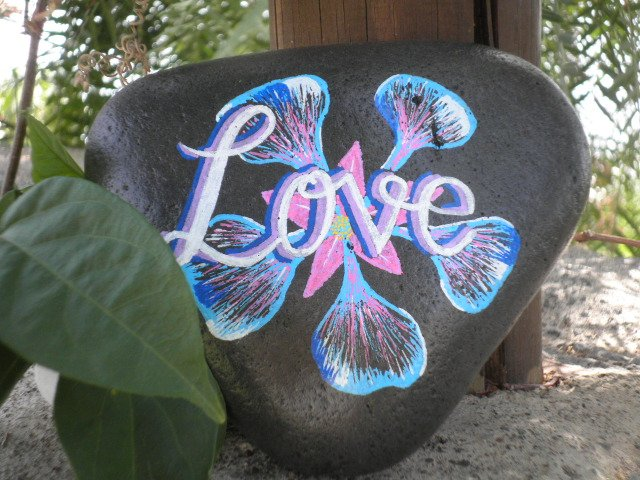 Regala a tu pareja #amor pintado a mano en piedra #SanValentin #regalos #arte #Tenerife #Canarias @LoqueveoTfe @holyber @de1969 @lisiteasa<br>http://pic.twitter.com/twr0GHSkKl