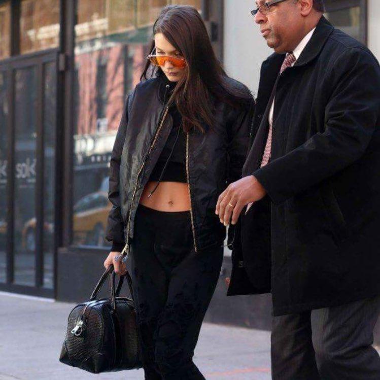 Le style #sportswear maîtrisé à la perfection par @bellahadid ! Shopper les pièces de son look sur Starset -&gt;  https:// goo.gl/trJnVn  &nbsp;  <br>http://pic.twitter.com/ddktzcdrGZ