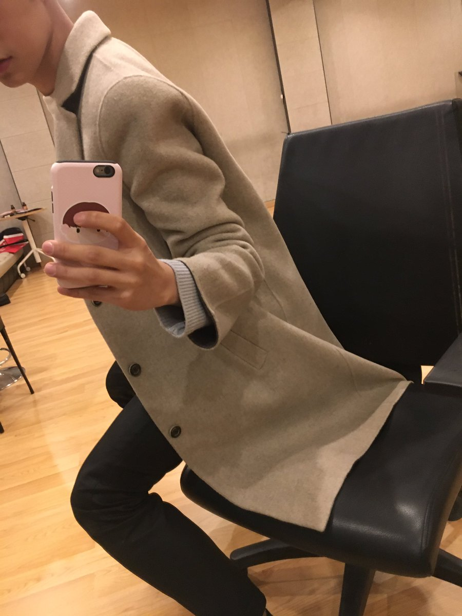 [SEUNGJUN] &quot;Sandalyenin üzerinde bir mont var~&quot; #KNK <br>http://pic.twitter.com/emO8560Ko3