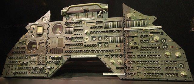 RT @chumsdock: 阿波罗的控制面板,可能是最早的 UI 设计了吧。想想再过几十年,别人看着我们做的界面,一定会问:当年干这个就能混饭吃? https://t.co/OO80mdPDE3 https://t.co/H4HE71DtZ4 1
