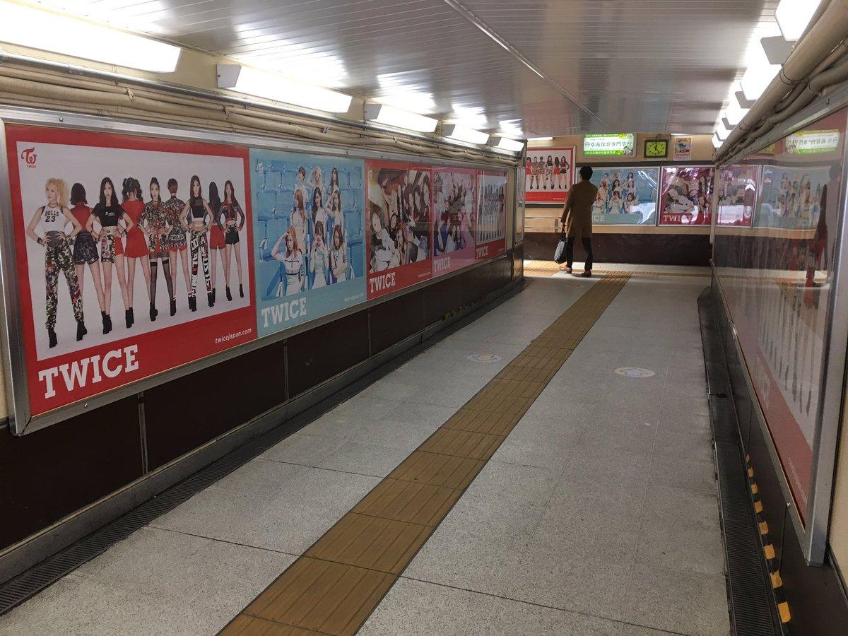 原宿駅竹下口の改札通って駅構内に入るとTWICEだらけ(@_@)