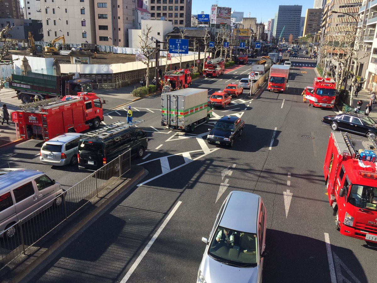 築地駅で発煙の為日比谷線に乗れなかったです。 外に出たらとんでもない数の消防車が来てました