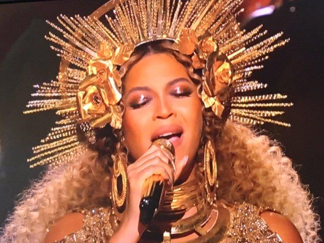 【#グラミー賞☆パフォーマンス】  ついに #ビヨンセ が登場❗黄金の衣装をまとい「Love Dro…