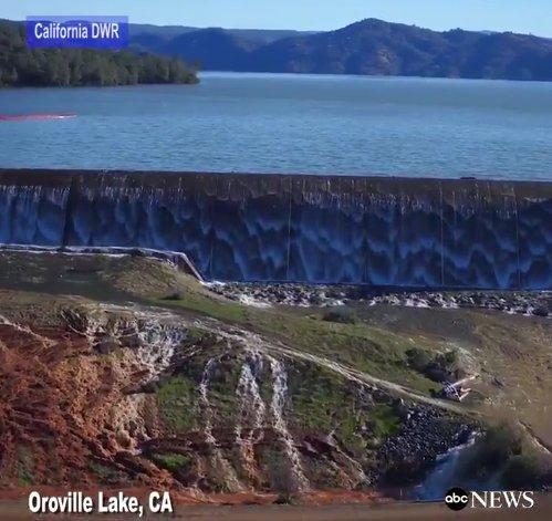 Le plus haut barrage des #EtatsUnis menace de céder à #Oroville Lake (Californie) - les résidents ont été évacués<br>http://pic.twitter.com/qbDAmEVQ87