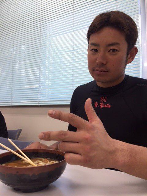 カレーうどんを注文した吉田選手。バレンタイン特別企画の順位をさりげなく気にしています。(広報) #マ…