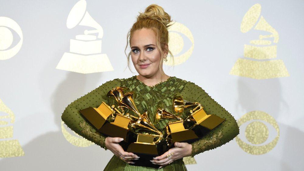 #GrammyAwards @Adele rafle tout. 5 trophées dont &quot;Album de l&#39;année&quot; pour #25, &quot;Chanson de l&#39;année&quot; pour #Hello  http:// bit.ly/2kBcTjh  &nbsp;  <br>http://pic.twitter.com/x7laT4kw3v