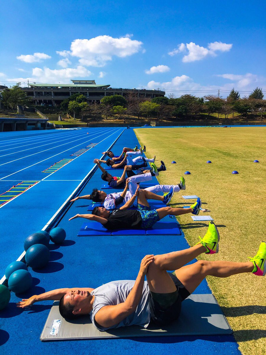 本日のトレーニング模様  体幹トレーニング 手前から、 館山選手、 石川選手、 村中選手、 山中選手…