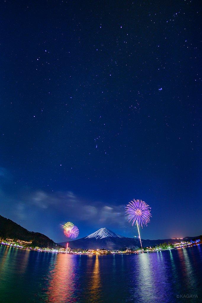 十六夜の冬花火。 月光に浮かぶ富士、その上に輝く冬の大六角形。 (昨日、山梨県河口湖にて撮影)