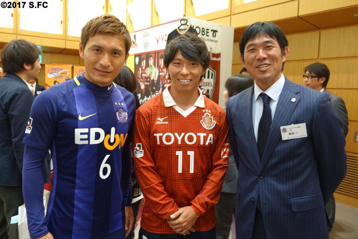 たくさんの取材を受けている合い間、佐藤寿人選手がサンフレッチェのブースを訪れてくれました♪ #san…