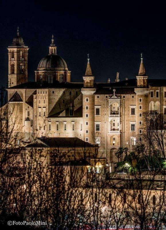 #destinazionemarche vi augura buona serata con questa romantica veduta di #Urbino @Comune_Urbino