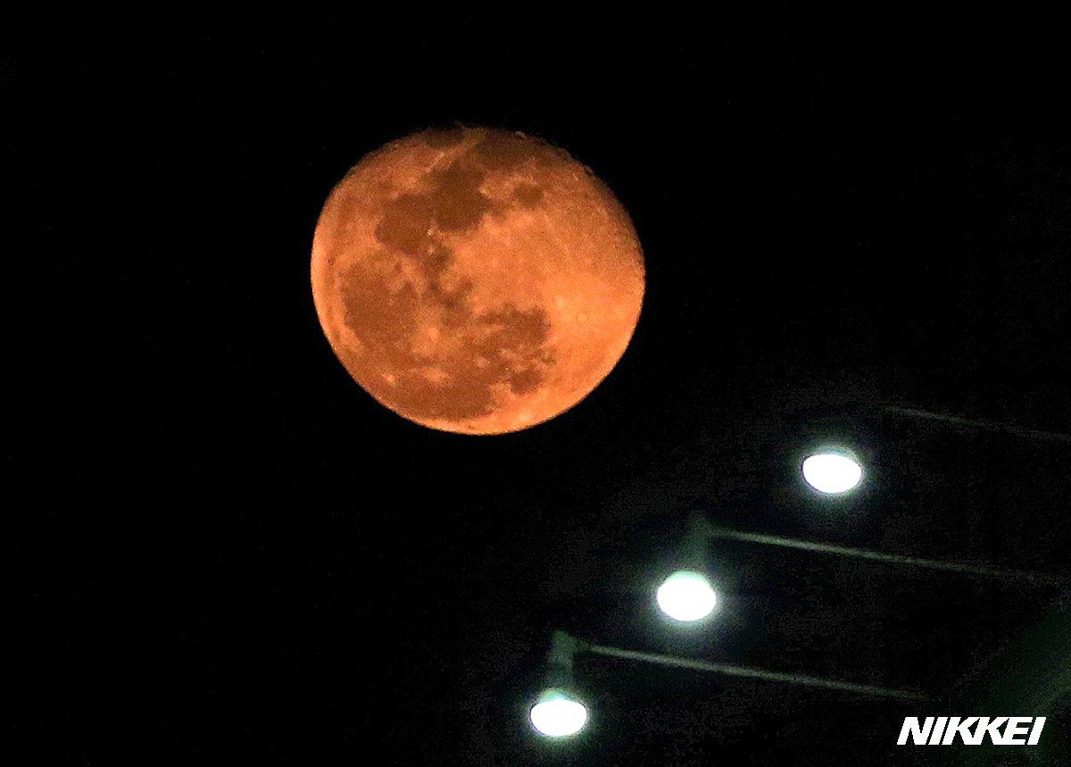 福岡市で赤い月が観測されました。福岡管区気象台によると、PM2.5や光化学スモッグなどで空気中の浮遊…