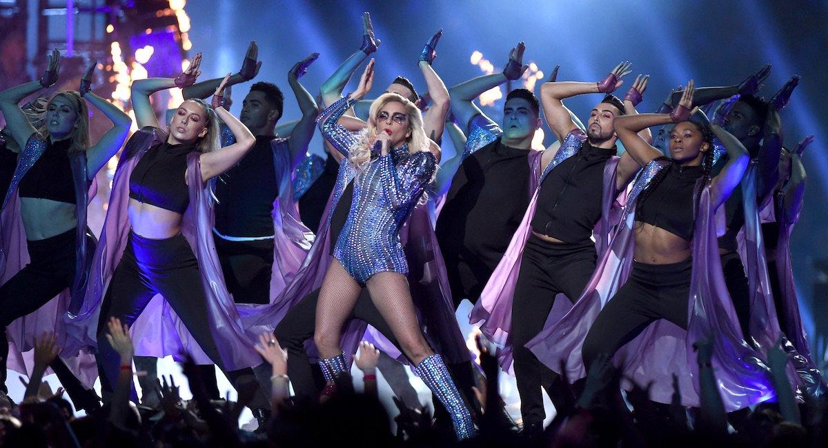 Après le #SuperBowl, les ventes de #Joanne de @LadyGaga ont augmenté de 79% en FR. Elles passent de 227 à... 407 exemplaires. Hum.<br>http://pic.twitter.com/9Tws5qfusg