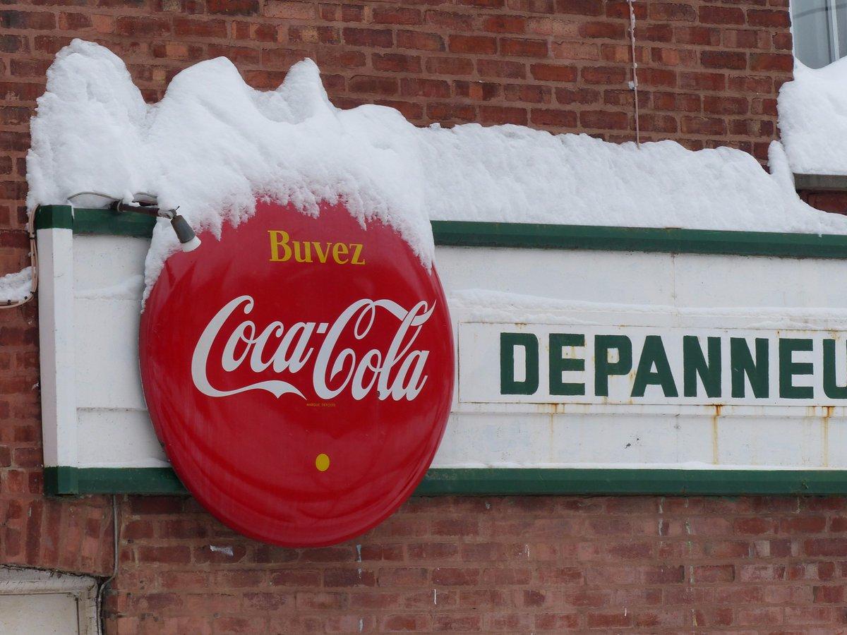Rien de tel que de prendre des photos pour passer au travers d&#39;une journée d&#39;hiver. #snowday #montreal<br>http://pic.twitter.com/4zSgOVefJ7