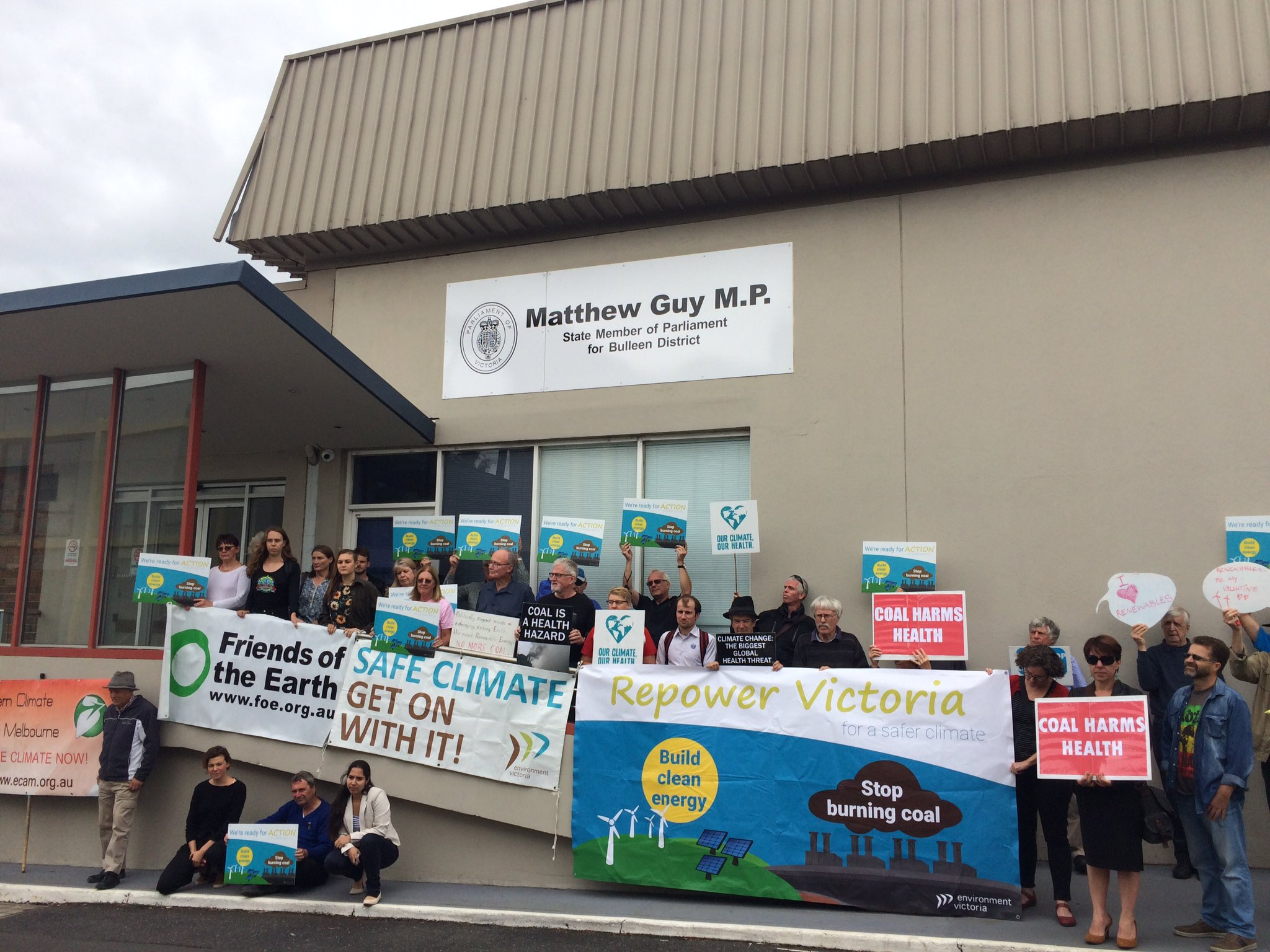 Bulleen community members gather at opposition leader Matthew Guy's office to stand up for Vic's Renewable Energy Target. #VRET #SpringSt https://t.co/o1CXAAHhs1