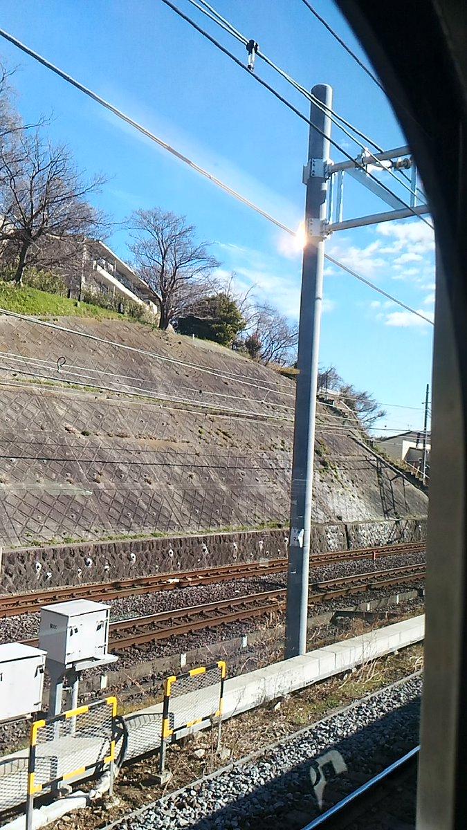 東海道線、緊急停車したと思ったら架線から火出てるんだけど